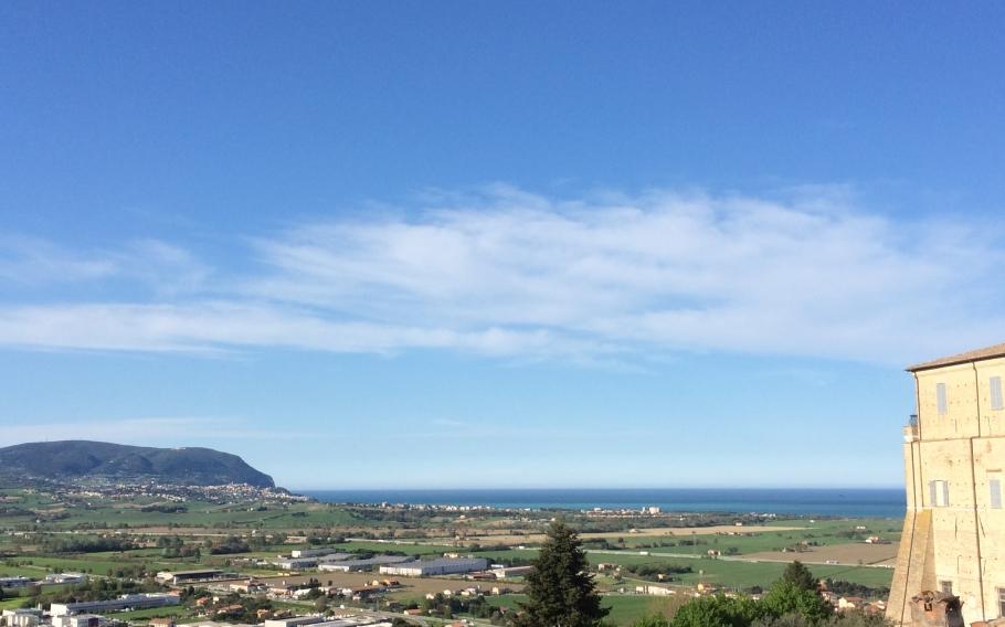 il Monte Conero e il mare in una giornata di sole