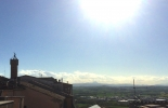 la torre civica e i monti Sibillini